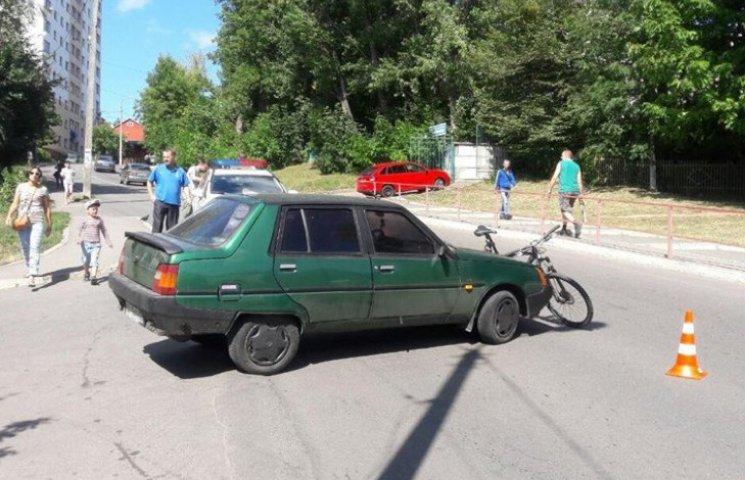 """У Хмельницькому """"Запорожець"""" наїхав на велосипедиста"""