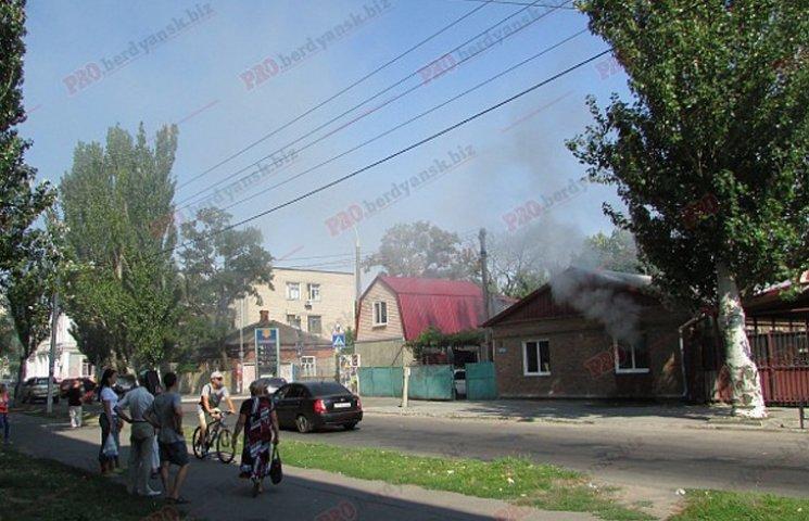 У Бердянську пожежу в житловому будинку гасили усією вулицею