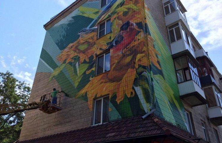 """Гігантські птахи і соняшники """"поселились"""" на площі Гагаріна"""
