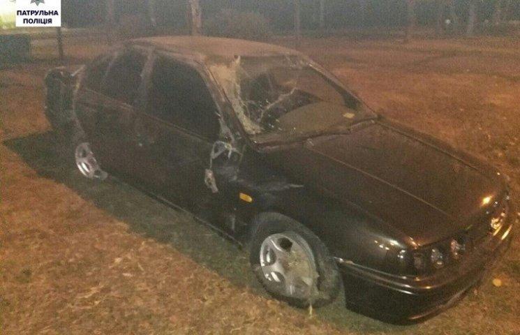 У Миколаєві водій Nissan влетів в огорожу: іномарка перевернулась