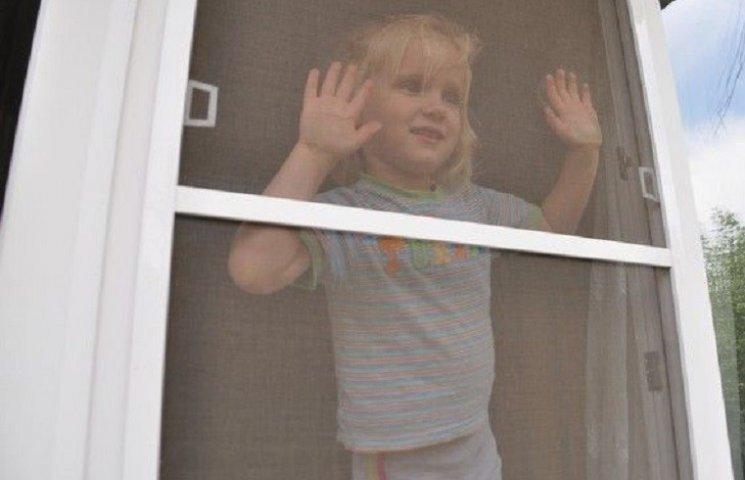 На Миколаївщині маленька дитина випала з вікна шостого поверху та розбилась