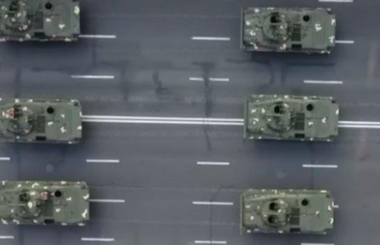 Матриця з танків: бронетехніку в центрі Києва зняли з висоти пташиного польоту (ВІДЕО)