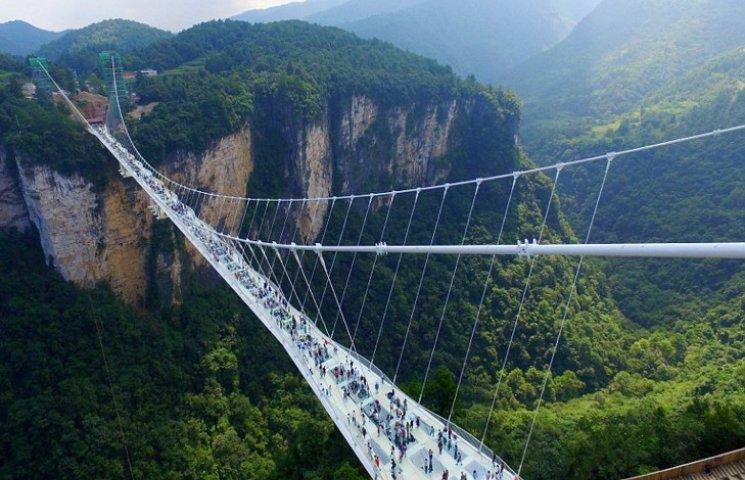 В Китае открыли самый длинный и самый высокий стеклянный мост