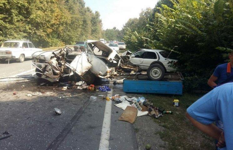 """В аварії під Вінницею """"копійку"""" розірвало навпіл: Водій помер"""