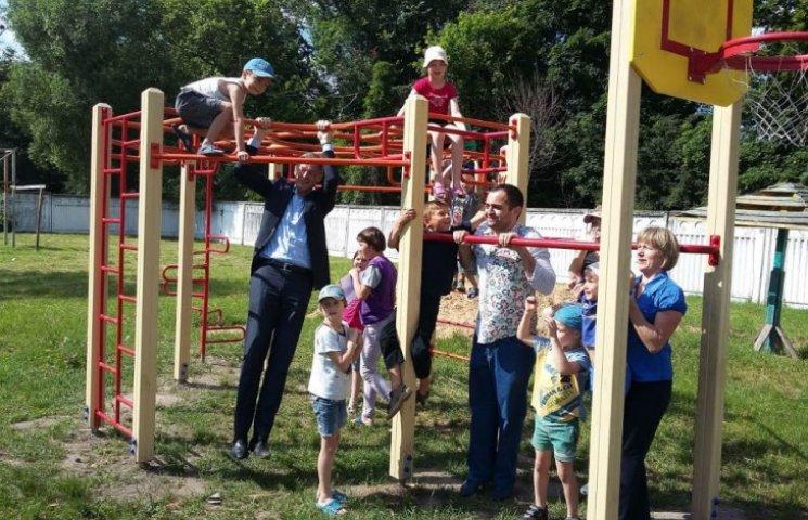Авиакомпания KLM в Украине подарила обездоленным детям новую детскую площадку