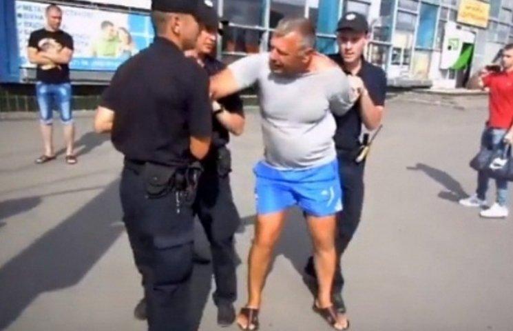 """Як на вінницькому автовокзалі копи """"скрутили"""" місцевого """"розумника"""""""