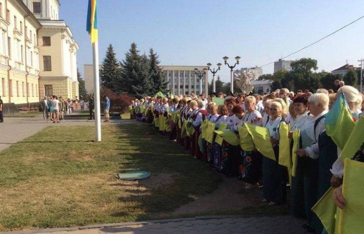 Как в Хмельницком под пение 25 хоров поднимали Государственный Флаг