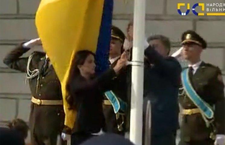 Порошенко поднял флаг вместе с дочерью замученного в Горловке Владимира Рыбака