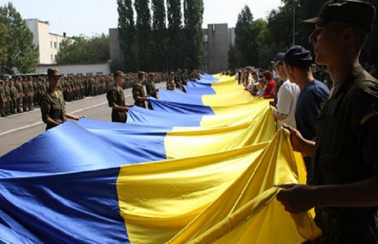 Триста квадратів жовто-блакиті: у Запоріжжі розгорнули величезний прапор України