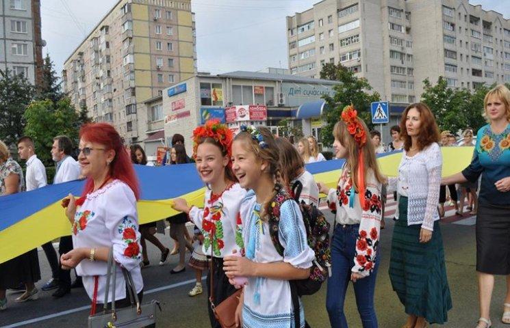 Нетішином пронесли 100-метровий український стяг