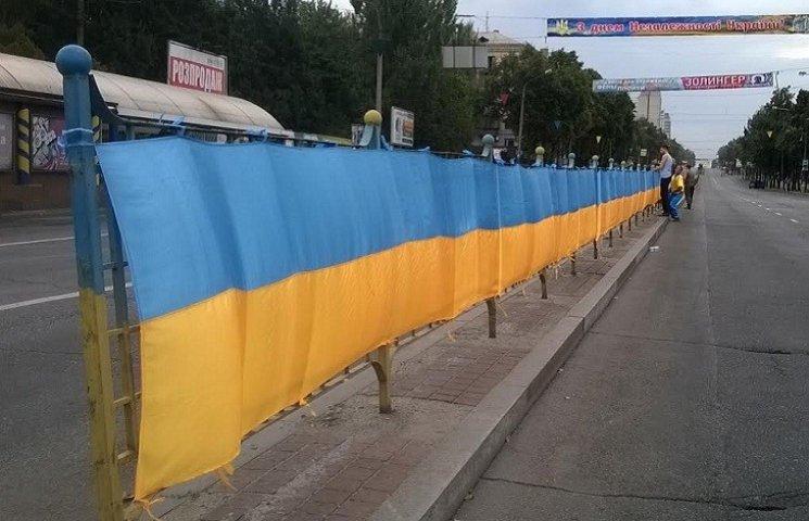 У центрі Запоріжжя розгортають 320-метрове українське знамено