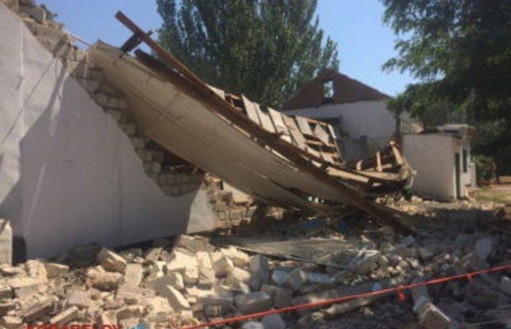 У Миколаєві в спортзалі школи завалилися дах і стіни