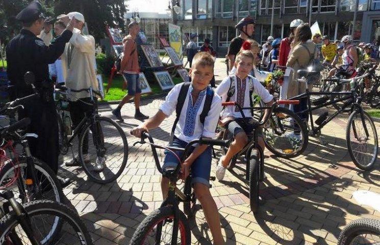 Вінничани у вишиванках влаштували патріотичнний велопрообіг