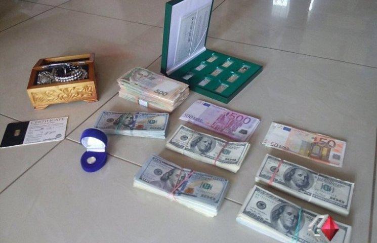 Доллары, евро, слитки - у заместителя председателя Николаевской налоговой провели обыски