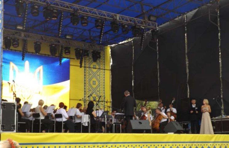 Дощ не завадив запоріжцям послухати симфонічний оркестр під відкритим небом