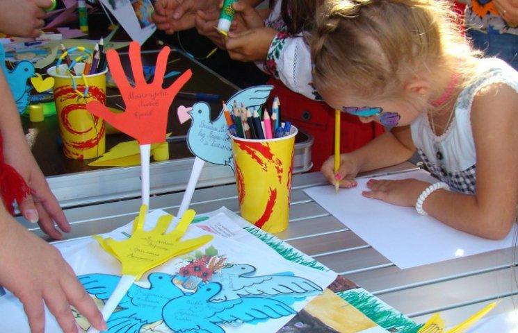 Хмельницька малеча у свято створювала листівки для вояків на Донбасі