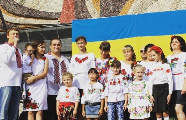 Молодь у яскравих вишиванках на День Незалежності стала трендом соцмереж