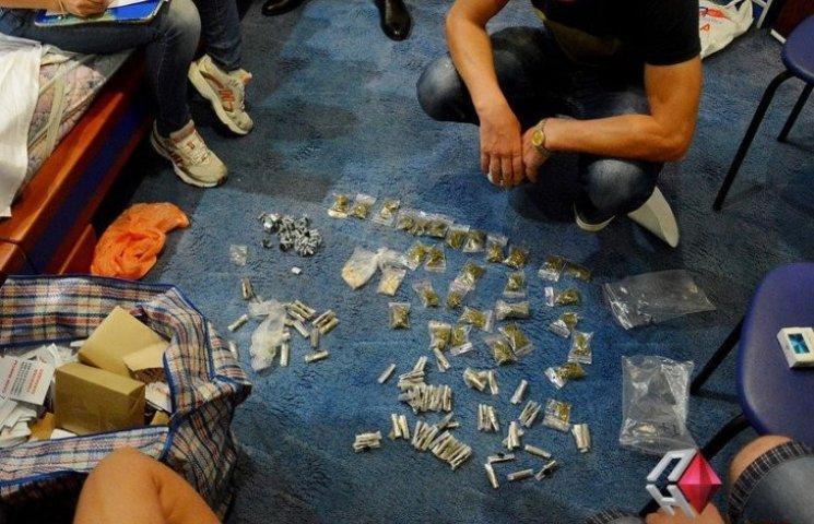 Одесит, підозрюваний у поширенні наркотиків в Миколаєві, втік в Крим