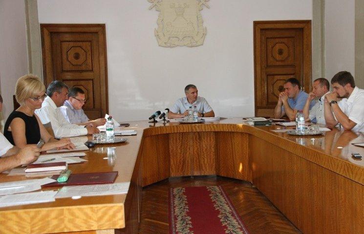 У Миколаєві демонтують ще два десятки незаконних рекламних конструкцій
