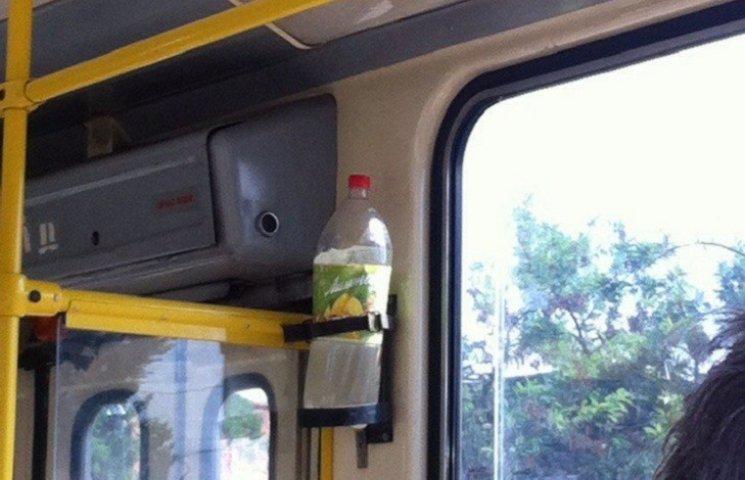 У Миколаєві в трамваї замість вогнегасника стирчить пляшка з водою