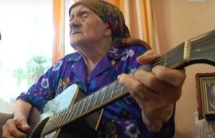 Вінничанка замовила на свій 101-й день народження семиструнну гітару