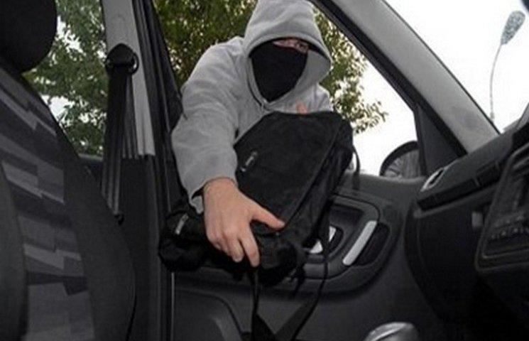 У хмельничанина з авто викрали більше 70 тисяч гривень