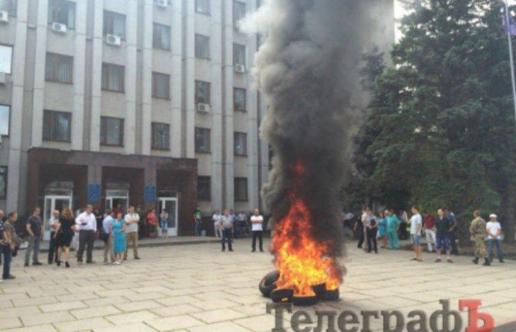 На Полтавщині під міськрадою АТОвці запалили шини