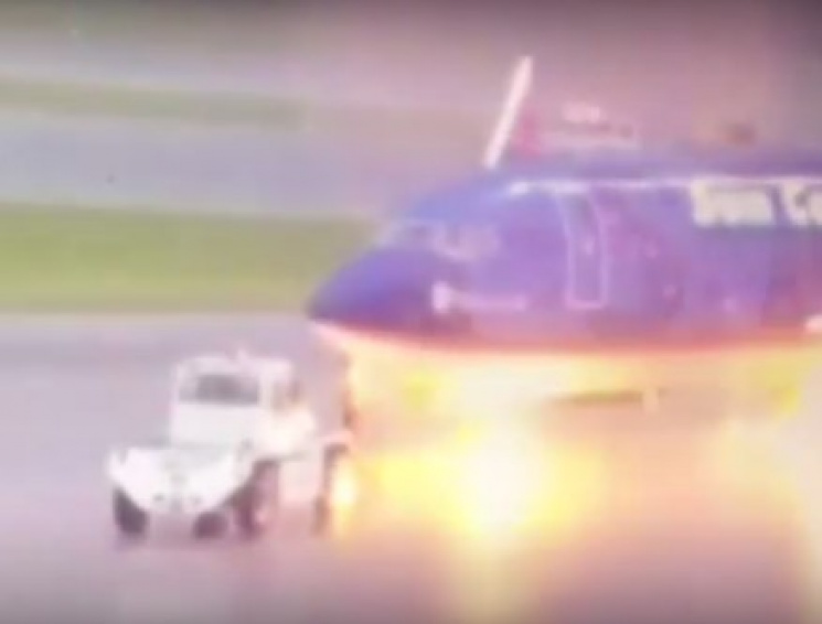 Вглобальной сети появилось видео, как сотрудника аэропорта ударило молнией