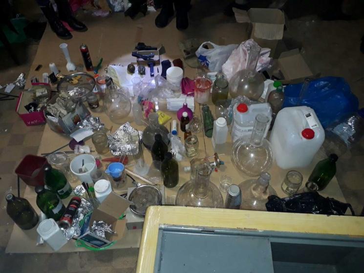 На Сумщині викрили нарколабораторію у покинутому будинку