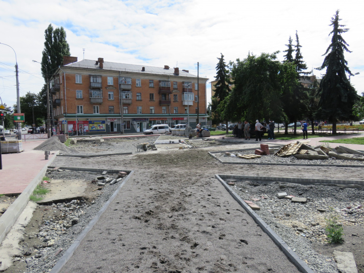 """У Хмельницькому продовжують """"чепурити"""" привокзальну площу"""