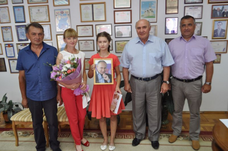 """Путін """"подякував"""" кубанській школярці за патріотизм своїм портретом"""