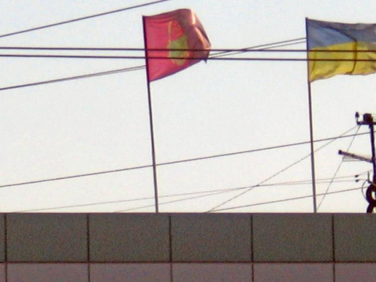 Мушкетами вниз: На запорізькому автовокзалі догори дригом повісили прапор міста