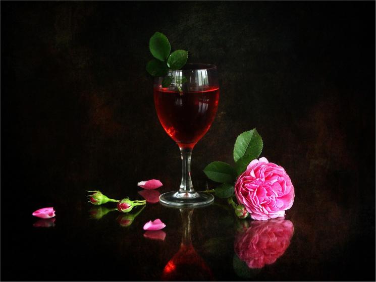 П'янке і терпке літо: Готуємо напій для гурманів - трояндове вино