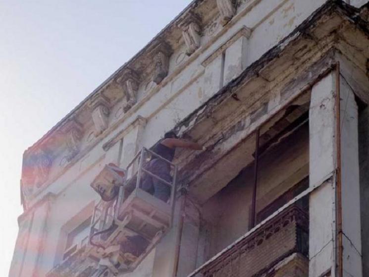 У центрі Кам'янського обвалився фасад будинку