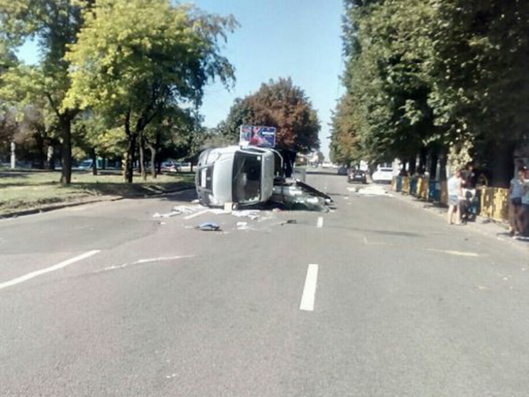 У центрі Дніпра перекинулася вантажівка, що везла вікна