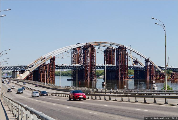 На місці з'їздів з Подільського мосту виріс нелегальний новобуд