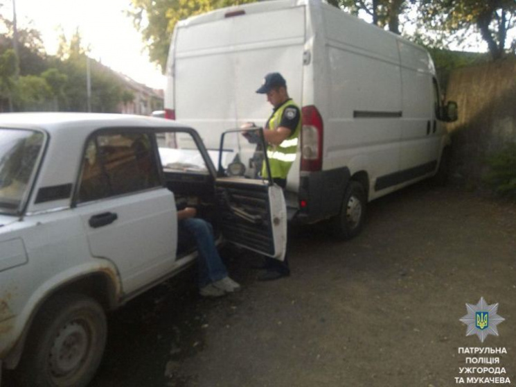 В Ужгороді п'яний водій врізався в припаркований автобус