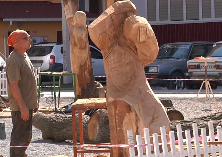 Бревно, бензопила и душа: В Каменце скульпторы творят чудеса
