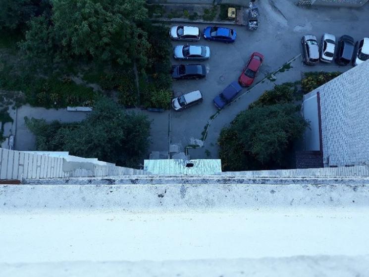 У Дніпрі жінка стрибнула з даху багатоповерхівки у спідній білизні