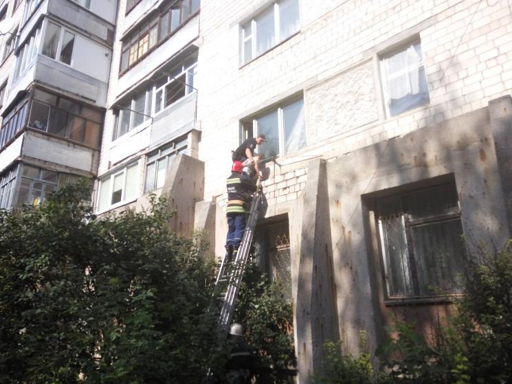 Вінничанка покинула у зачиненій квартирі двох малих дітей