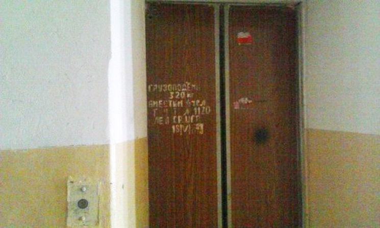 У Хмельницькому обірвався ліфт з людьми
