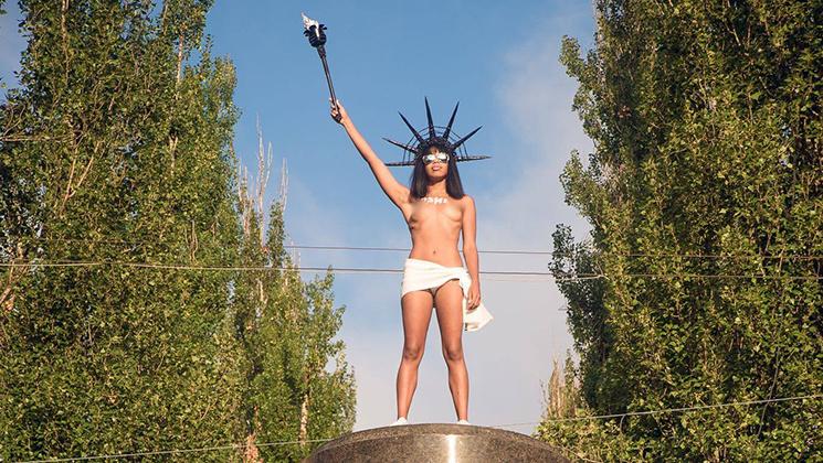 """Відео дня: """"Живий"""" тризуб і голі Femen замість Леніна"""