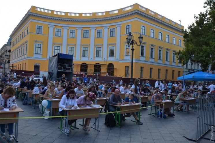 Сотні одеситів писали диктант з українсь…