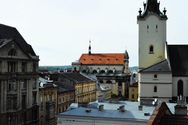 Як в центрі Львова встановили туалет на даху (ВІДЕО)