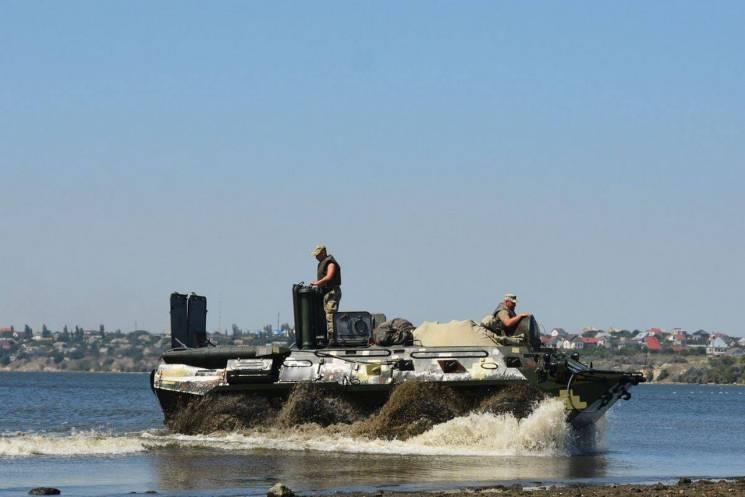 Миколаївські десантники каталися на БТР по воді