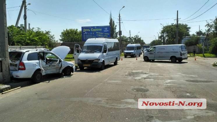 У Миколаєві у потрійній ДТП постраждало двоє людей (ФОТО)