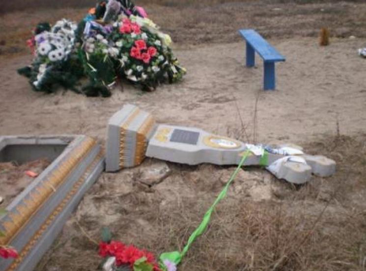 На Миколаївщині на лаву підсудних потрапили два вандали за наругу над могилами (ФОТО)