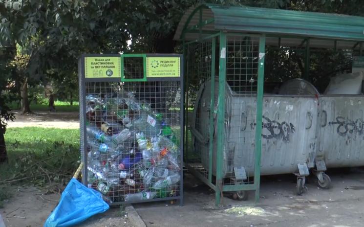 У Хмельницькому продовжують встановлювати спеціальні сміттєві контейнери для ПЕТ-пляшок