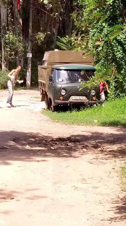 У Миколаєві будматеріалами засипають ями на дорогах (ВІДЕО)