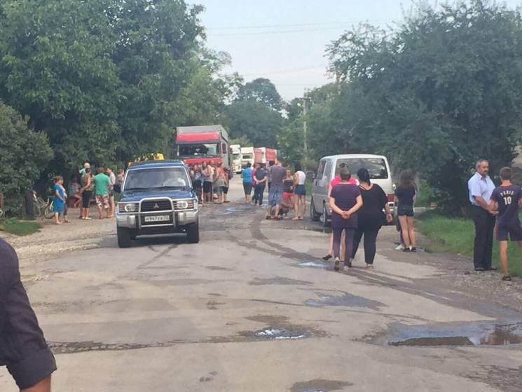 На Хмельниччині люди перекрили дорогу, не пускаючи великогабаритні вантажівки (ФОТО)